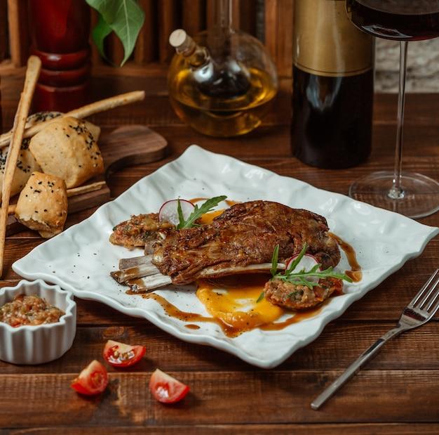 Smażone mięso na stole Darmowe Zdjęcia