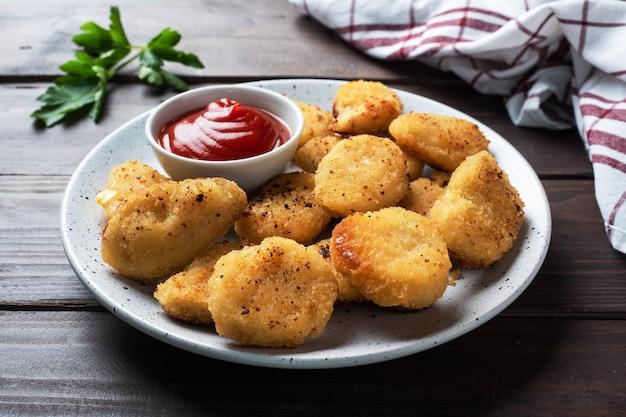 Smażone Nuggetsy Z Kurczaka Z Sosem Pomidorowo-keczupowym. Premium Zdjęcia