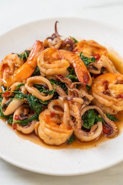 Smażone Owoce Morza (krewetki I Kalmary) Z Tajską Bazylią, Azjatyckie Jedzenie Premium Zdjęcia