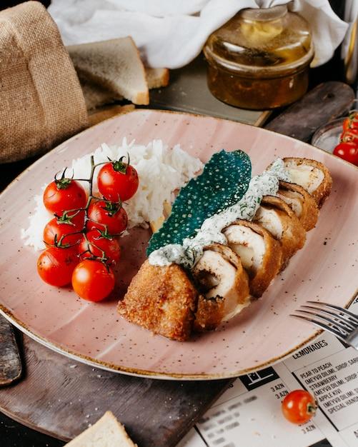 Smażone Ruletki Z Kurczaka Z Ryżem I Pomidorami Darmowe Zdjęcia