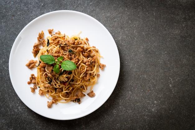 Smażone Spaghetti Z Mieloną Wieprzowiną I Bazylią Premium Zdjęcia