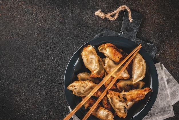Smażone tradycyjne azjatyckie pierożki gyoza Premium Zdjęcia