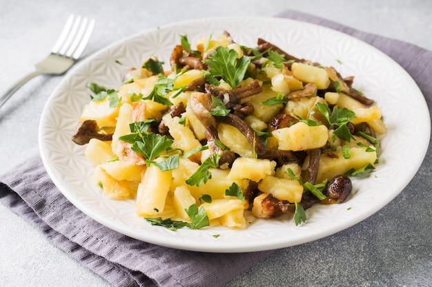 Smażone Ziemniaki Z Pieczarkami I świeżymi Ziołami. Premium Zdjęcia