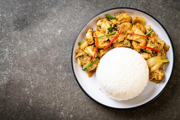 Smażony krab w curry w proszku z ryżem Premium Zdjęcia