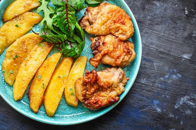 Smażony Kurczak I Ziemniaki Premium Zdjęcia