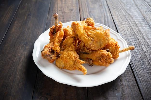 Smażony kurczak inwood table. Darmowe Zdjęcia