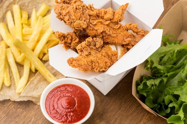 Smażony Kurczak Na Wysokim Kącie I Frytki Z Keczupem Premium Zdjęcia