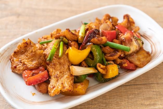 Smażony kurczak z orzechami nerkowca Premium Zdjęcia