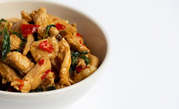 Smażony Kurczak Ze świętą Bazylią Na Białym Tle Premium Zdjęcia