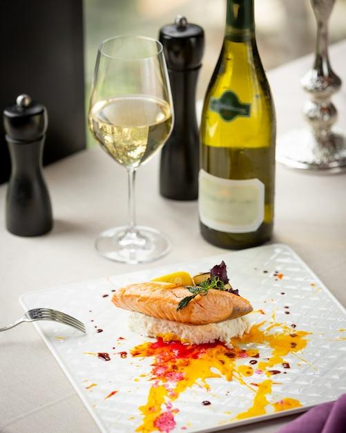 Smażony łosoś z warzywami i lampką białego wina Darmowe Zdjęcia