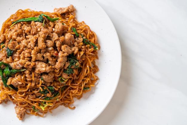 Smażony Makaron Instant Z Tajską Bazylią I Mieloną Wieprzowiną - Kuchnia Azjatycka Premium Zdjęcia