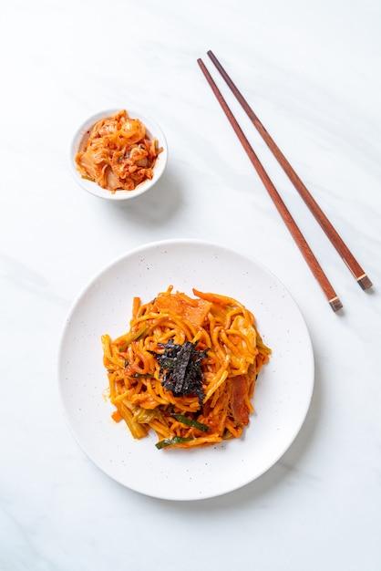 Smażony Makaron Z Koreańskim Pikantnym Sosem I Warzywami Premium Zdjęcia