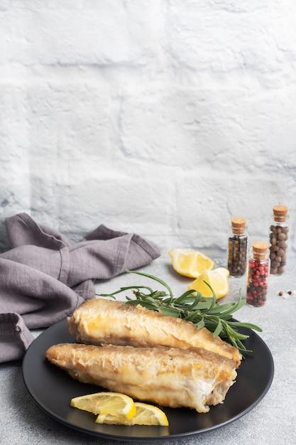 Smażony Morszczuk Mintaj I Plasterki świeżej Cytryny. Premium Zdjęcia