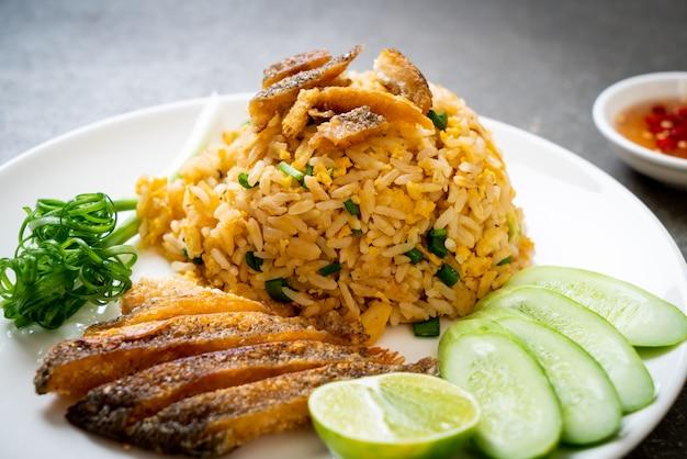 Smażony Ryż Z Chrupiącą Rybą Gourami Premium Zdjęcia