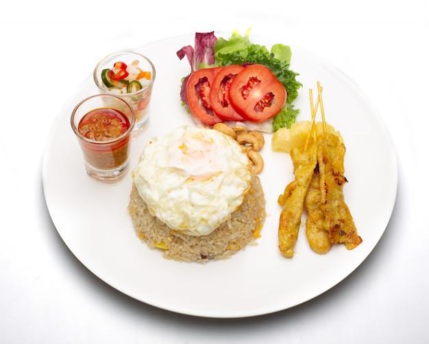 Smażony Ryż Z Jajkiem Sadzonym Z Grillowaną Wieprzowiną I Sałatką Premium Zdjęcia