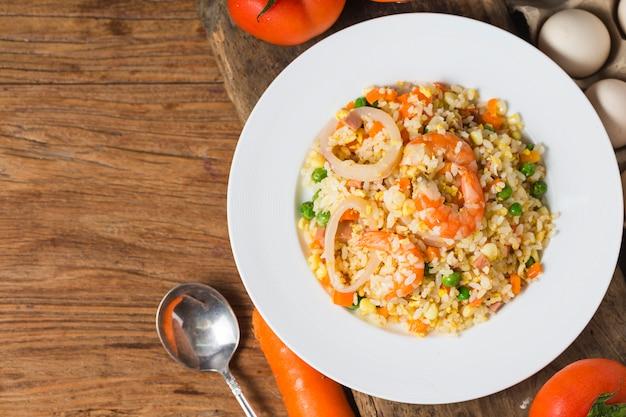 Smażony ryż z owoców morza Premium Zdjęcia