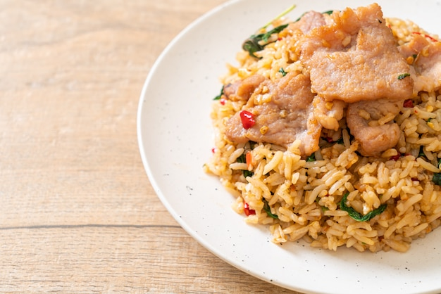 Smażony Ryż Z Tajską Bazylią I Wieprzowiną Premium Zdjęcia