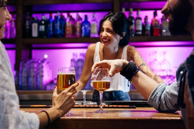 Śmiech Barman I Dwóch Klientów Darmowe Zdjęcia