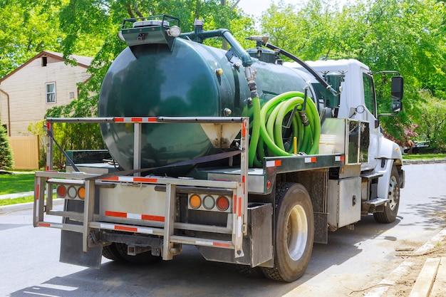 Śmieciarka Podciśnieniowa Na Procesie Czyszczenia Przenośnych Toalet Bio W Konstrukcji Premium Zdjęcia