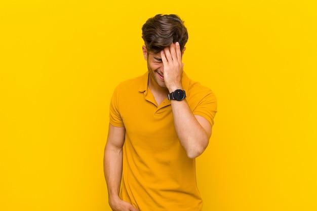 Śmiejąc Się I Uderzając Się W Czoło, Jak Mówię Och! Zapomniałem Lub To Był Głupi Błąd Premium Zdjęcia