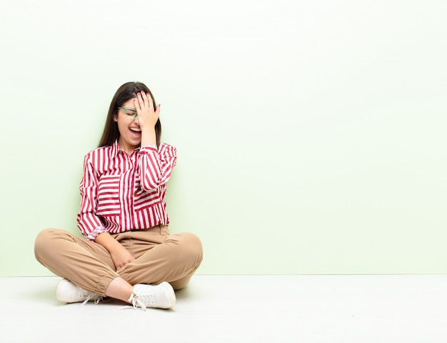 Śmiejąc Się I Uderzając W Czoło Jak Mówienie Oh! Zapomniałem, Czy To Był Głupi Błąd Premium Zdjęcia