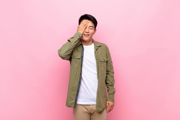 """Śmiejąc Się I Uderzając W Czoło, Jakby Mówił Dã ¢ â € âšãƒâ """"ãƒâ´oh! Zapomniałem, Czy To Był Głupi Błąd Premium Zdjęcia"""