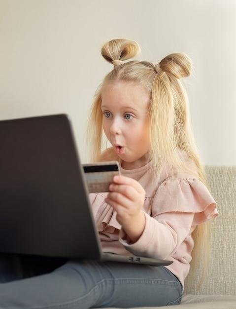 Śmieszna Blondynka Kaukaski Dziewczynka Trzyma Kartę Kredytową Kupowanie Online W Domu Premium Zdjęcia