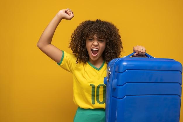 Śmieszna Kobieta Trzyma Ciężką Podróżną Torbę Premium Zdjęcia