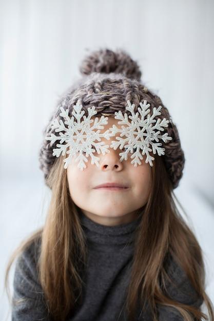 Śmieszna Mała Dziewczynka Z Płatkami śniegu Jak Oczy Darmowe Zdjęcia