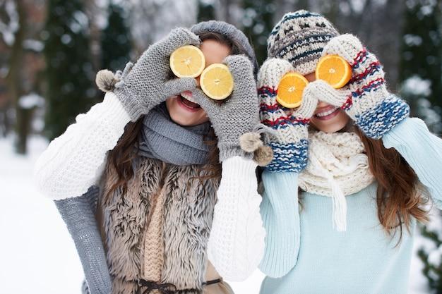 Śmieszne dziewczyny z naturalnymi witaminami zimą Darmowe Zdjęcia