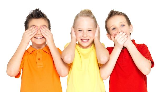 """Śmieszne Miny Szczęśliwych Dzieci Robiących """"nic Nie Widzą, Nic Nie Słyszy, Nic Nie Mów ..."""" Na Białym Tle Darmowe Zdjęcia"""
