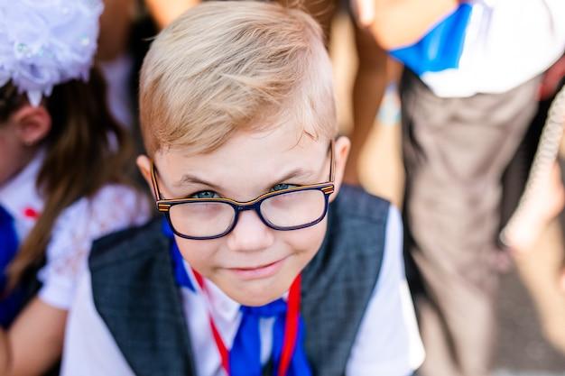 Śmieszne Urocze Dziecko Chłopiec W Okularach Pierwszego Dnia Do Szkoły Lub Przedszkola. Premium Zdjęcia