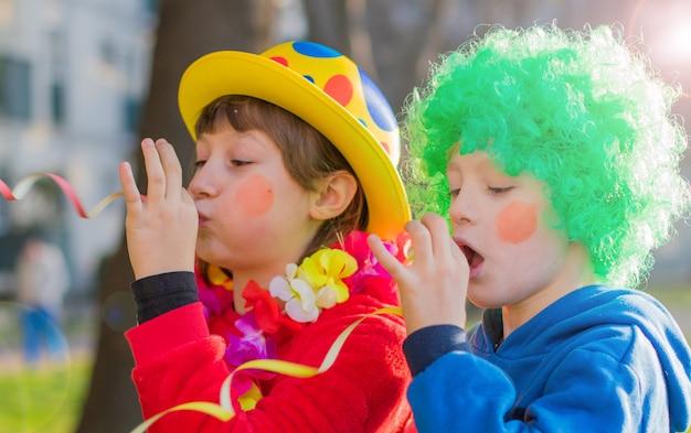 Śmieszni Karnawałowi Dzieciaki Uśmiecha Się Plenerowego I Bawić Się Premium Zdjęcia