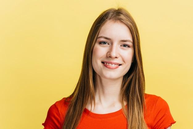 Smiley blondynki dziewczyna patrzeje kamerę Darmowe Zdjęcia