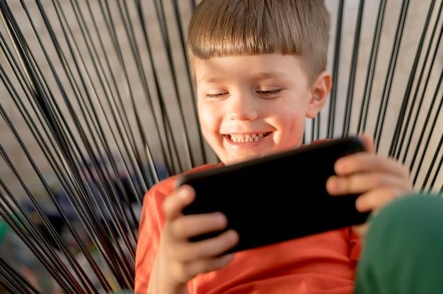 Smiley Boy Z Tabletem Gry Darmowe Zdjęcia