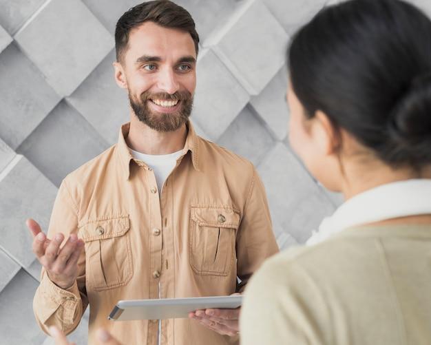 Smiley brodaty mężczyzna rozmawia z kolegą Darmowe Zdjęcia
