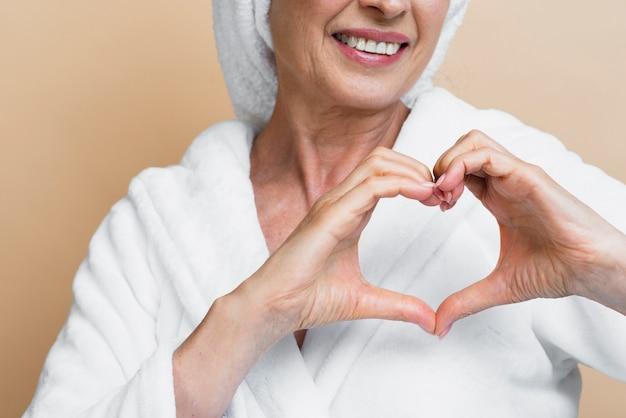 Smiley dojrzała kobieta pokazuje miłość Darmowe Zdjęcia