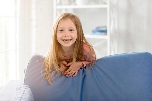 Smiley Dziewczyna Na Kanapie Darmowe Zdjęcia