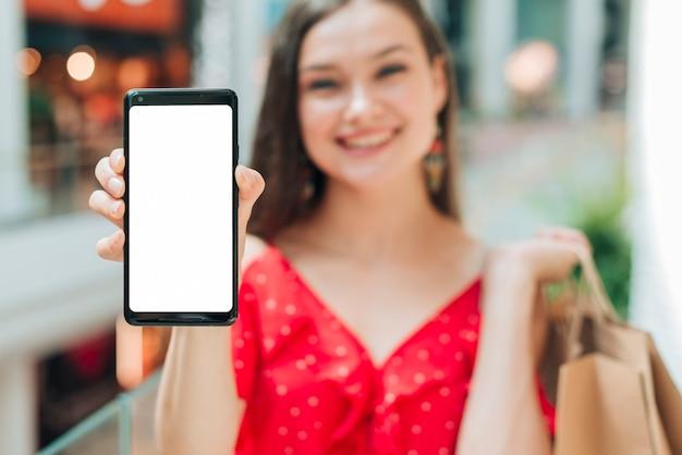 Smiley dziewczyna trzyma jej telefon Darmowe Zdjęcia