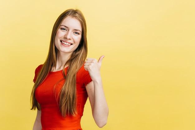 Smiley Dziewczyna Z żółtym Tłem Premium Zdjęcia