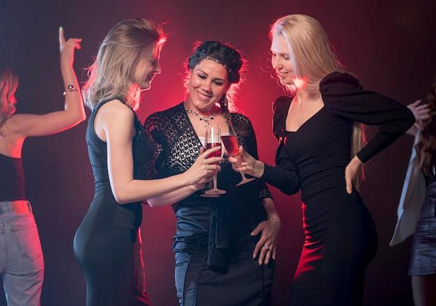 Smiley Kobiet Na Imprezie Darmowe Zdjęcia