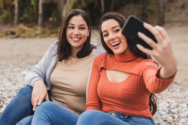 Smiley Kobiet Przy Selfie Darmowe Zdjęcia