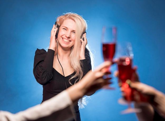 Smiley Kobieta Miksowania Muzyki Na Imprezę Darmowe Zdjęcia