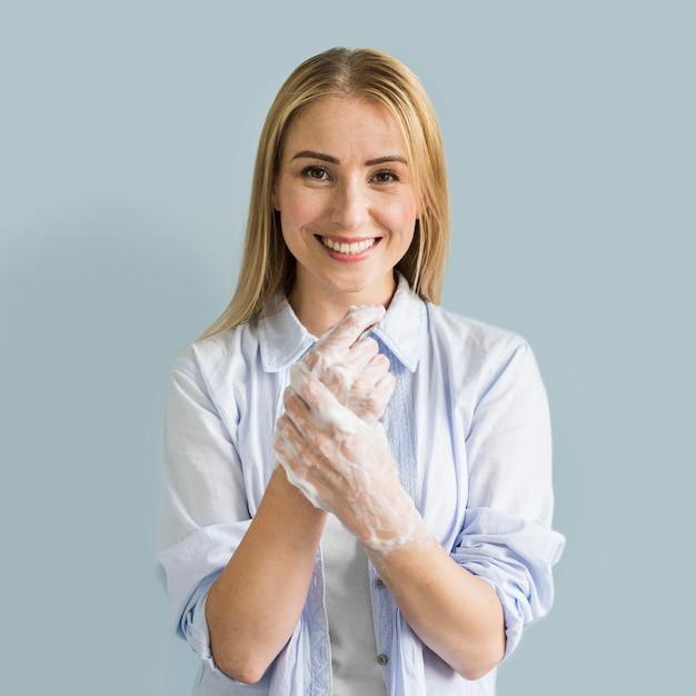 Smiley Kobieta Myje Jej Ręce Mydłem Darmowe Zdjęcia