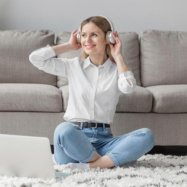 Smiley Kobieta Nosi Słuchawki Darmowe Zdjęcia