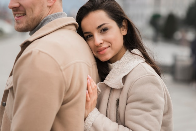 Smiley Kobieta Pozuje Obok Mężczyzna Darmowe Zdjęcia
