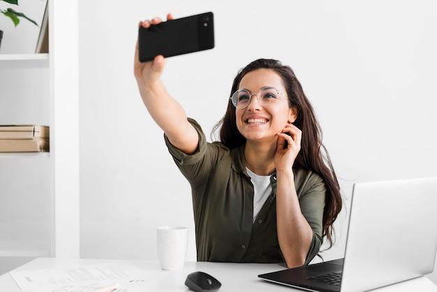 Smiley Kobieta Przy Selfie Darmowe Zdjęcia