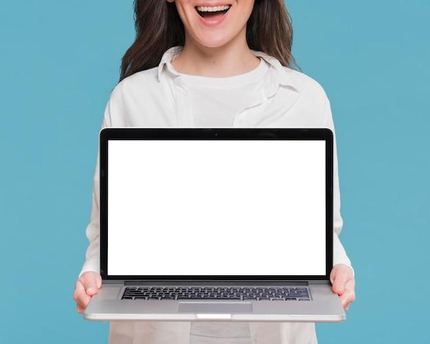 Smiley Kobieta Trzyma Laptop Premium Zdjęcia