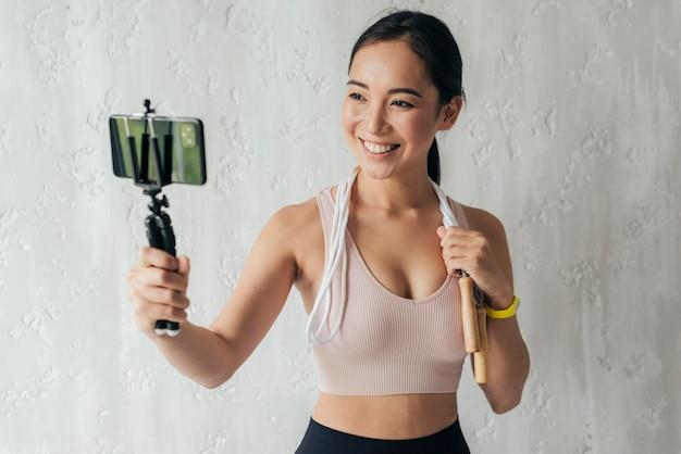 Smiley Kobieta Vlogging W Odzieży Sportowej Darmowe Zdjęcia