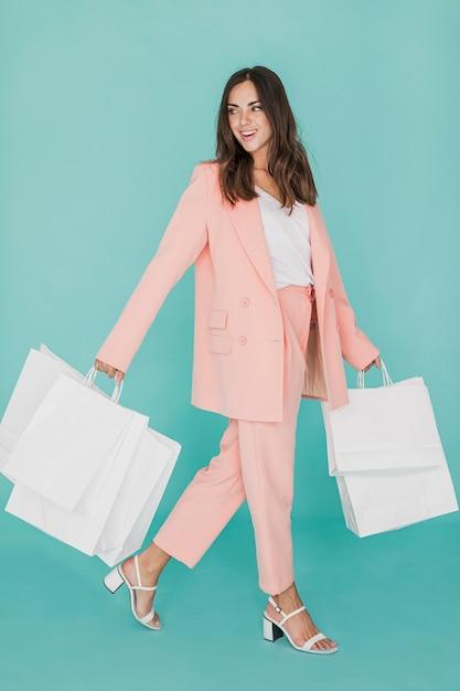 Smiley kobieta w różowym kolorze z sieci handlowych Darmowe Zdjęcia